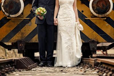 Tipps für die Suche nach Hochzeitsfotogaf - Brautpaar vor Zug