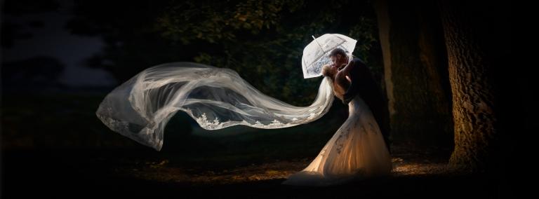 Brautpaar mit fliegendem Schleier - Hochzeitsfotograf Gießen