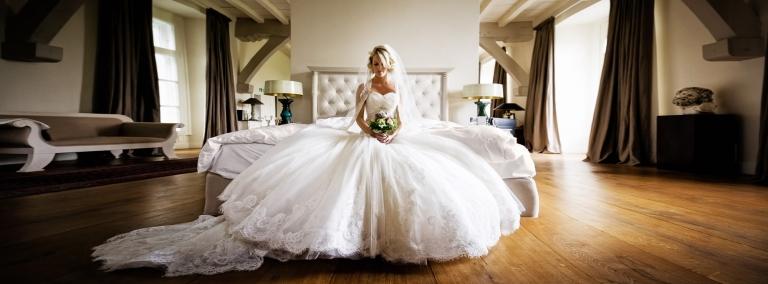 Braut mit Brautkleid auf Bett - Hochzeitsfotograf aus Wetzlar