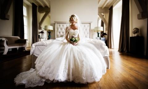 Braut auf Bett Hochzeitsfotograf Wiesbaden